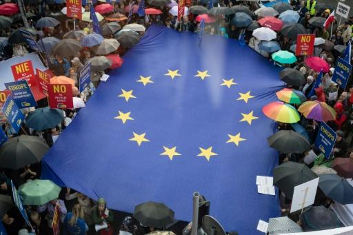 ASM-Juges polonais autout drapeau UE